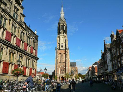 Links das Stadthaus und die Nieuwe Kerk