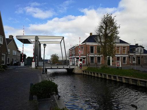 Hier kann man mit dem Schiff durch. Kanal durch Wergea.