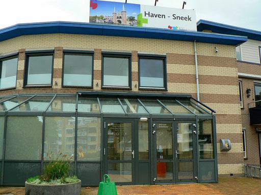 Das neue Dusch- und Toilettengebäude mit Hafenmeisterbüro am Simmerrak, Sneek.