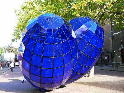 Das blaue Herz, was uns der Künstler damit sagen will, keine Ahnung