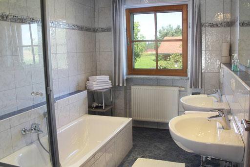 2. Bad mit Wanne und Dusche