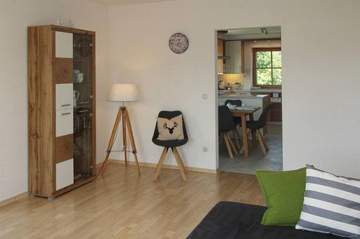 Wohnzimmer mit Verbindung zum Essplatz