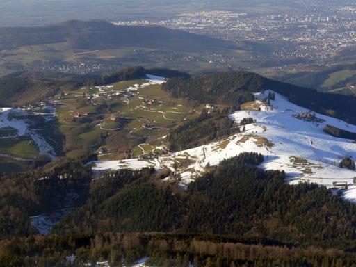Blick vom Schauinsland. Links liegt St. Ulrich, rechts  der Eckhof.