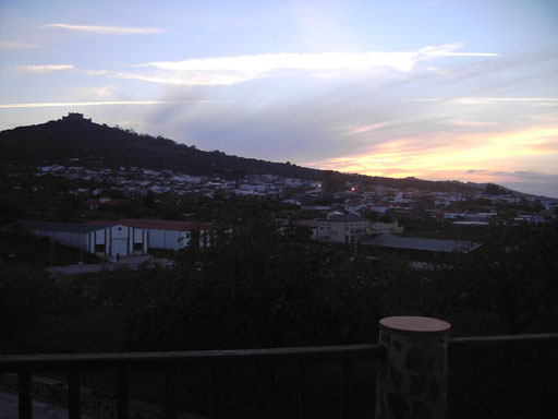 Conexión desde la casa con el exterior: Cada día una puesta distinta de Sol. La orientación hacia el Oeste de muchos de los miradores lo facilita.