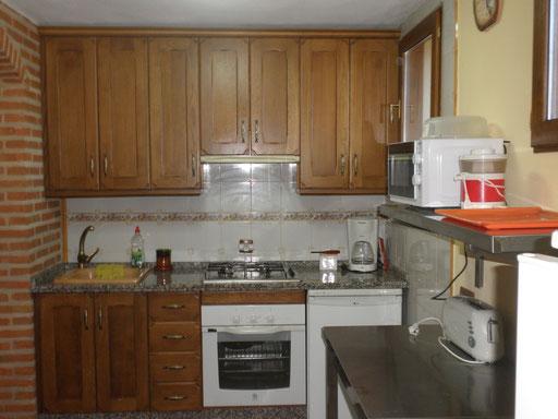 Cocina, junto al salón, extensamente equipada. Iluminación natural.