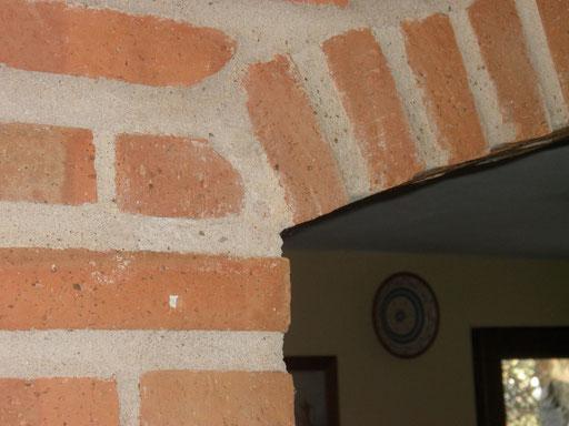 """Detalle constructivo interior: Arco de ladrillos macizos. Los materiales naturales por filosofía de la Casa Rural Natural """"Sierras y Valles"""""""