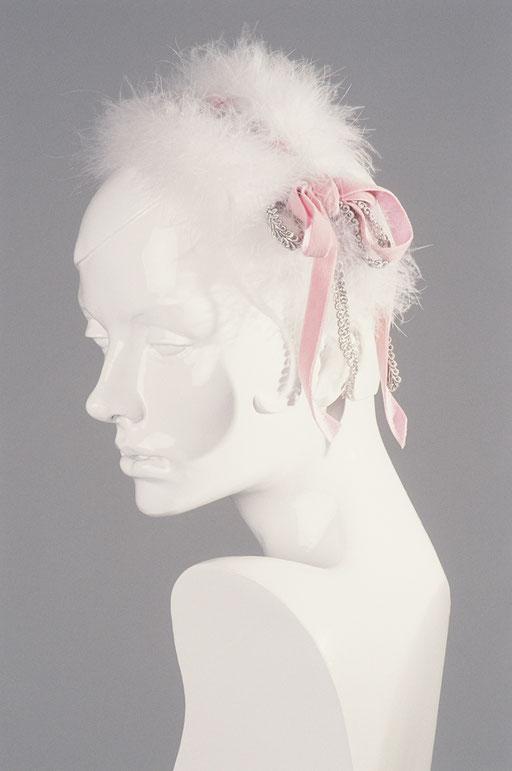 Meisterhandwerk Hut Anja Kaninck / Haarreifen  · Haarstyling / Braut · Hochzeit / Marabou · Feder · Schleife · Samt · Brokat · Garnitur / rosa · weiß · silber / Bargteheide