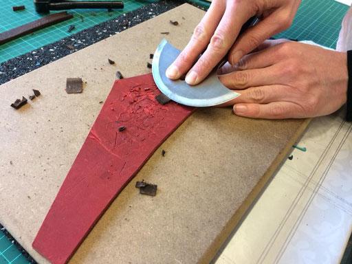 Lederkurs Enden mit Halbmondmesser ausschärfen