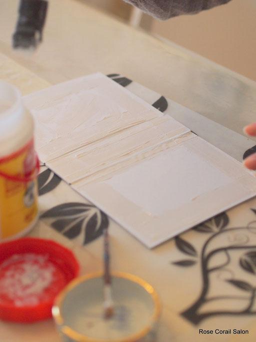 厚紙を組立、綿を貼ります