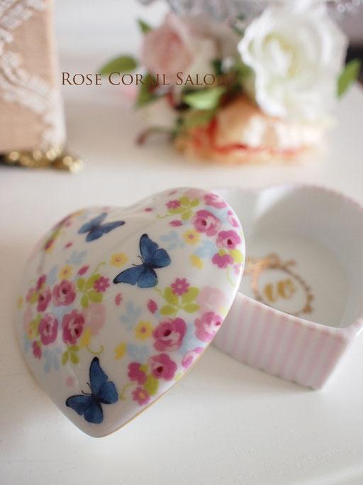 ポーセラーツ生徒様作品:花と蝶の可愛いハートボックス