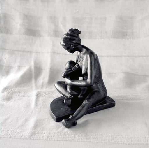 Maternité méconnue, bronze, 18 cm, Québec et Belgique.     photo : Luc Stokart
