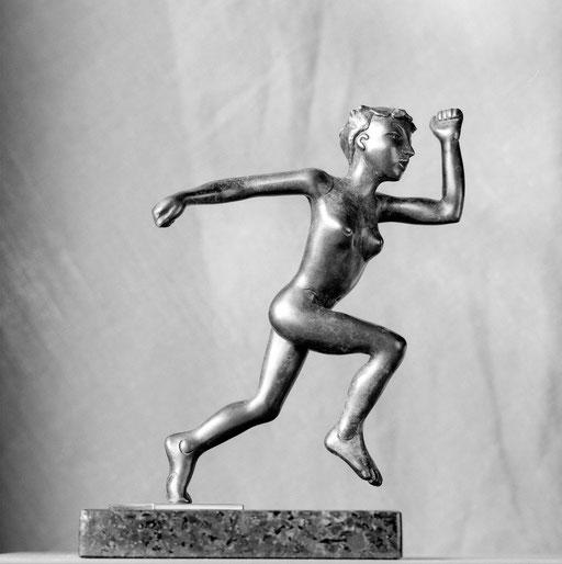 Femme qui court, bronze, 24 cm, disponible, Québec.     photo : Luc Stokart