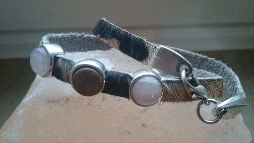 Naturleder braun-beige meliert 6  mm, mit 3 Silberfassungen mit 3 Cabochons in rose und braun, Karabinerverschluss in silber 12 Euro
