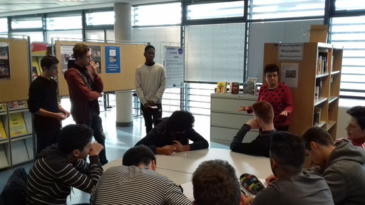 Madame Debelle explique comment le lycée a été adapté aux handicapés