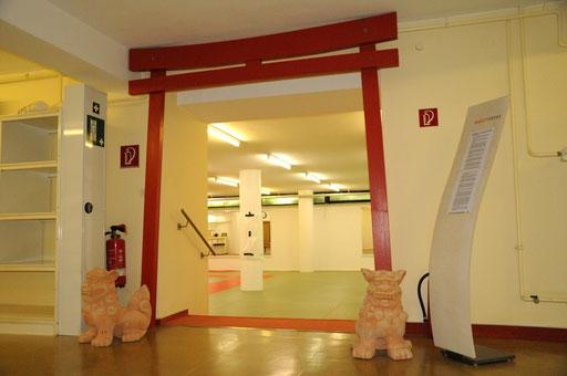 Nur noch einige Stufen trennen Dich von über 120 Quadratmetern Trainingsfläche