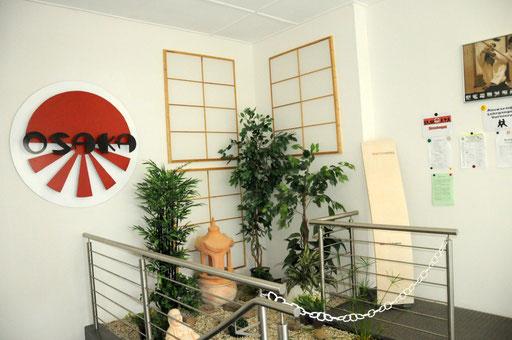 Ein geschmackvoller Japanischer Garten begrüßt Euch im Eingangsbereich