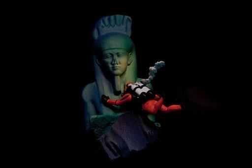 ハピ神像と向かい合うダイバー