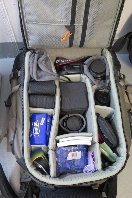 Zusätzliches Foto-Material im Fotorucksack (inkl. Reinigungstücher, Sackmesser, Näh-Set, Apotheke, Taschentücher etc.)
