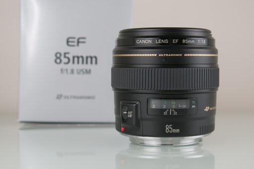 U.a. das 85mm-Objektiv - die Portrait-Linse schlechthin. In der Grundkonfiguration fotografiere ich mit dem 24-70mm und 70-200mm von Canons L-Serie. Damit denke ich das wichtigste Brennweitenspektrum ab.