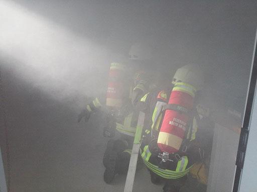Ein Atemschutztrupp erkundet die Lage