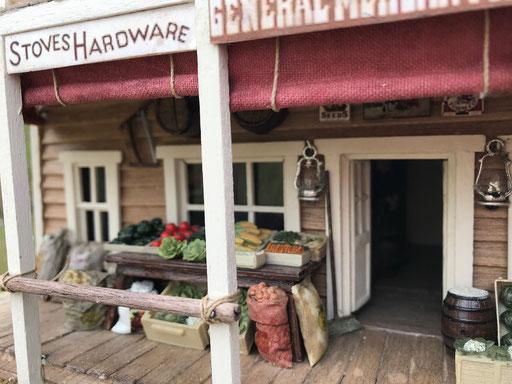 """Le magasin de Loren, """"Bray's Mercantile"""". Pommes de terreau au sac"""
