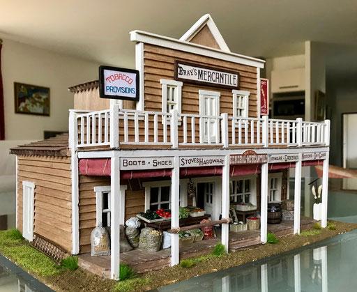 """Le magasin de Loren, """"Bray's Mercantile"""". Trois quart gauche 1"""