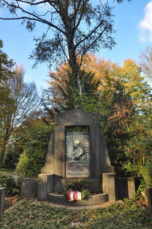 Ostfriedhof Dortmund, Grabmal Wilhelm Schmieding (1841-1910), ehem. Oberbürgermeister von Dortmund. In seiner Amtszeit wurde die Dortmunder Synagoge, als auch der Dortmunder Hafen erbaut.