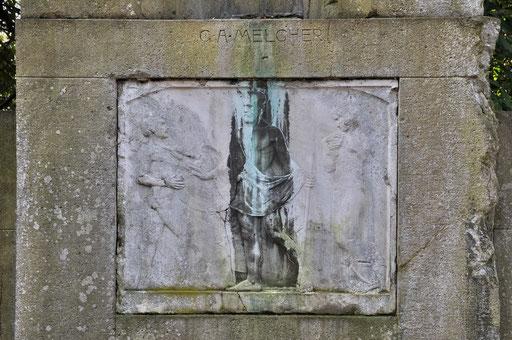 Ostfriedhof Dortmund, Grabmal Familie Melcher, 1908, Aufbauten des Grabmals aus Muschelkalk, Relief aus römischem Travertin, 84 x 105 cm von Benno Elkan
