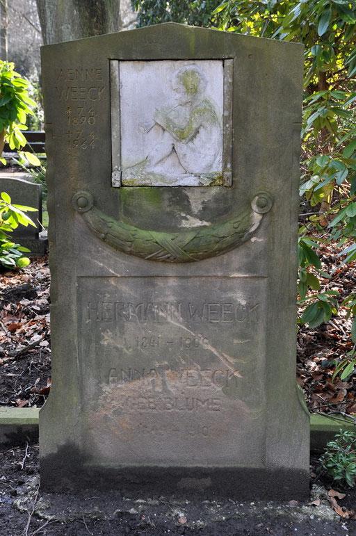 """Ostfriedhof Dortmund, """"Sitzender, Flöte spielender Knabe"""" von Benno Elkan Grabmal Weeck"""