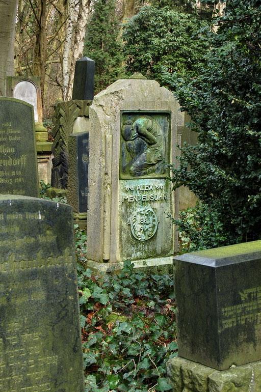"""Ostfriedhof Dortmund, """"Kauernde"""" von Benno Elkan Grabmal Alex Mendelsohn"""