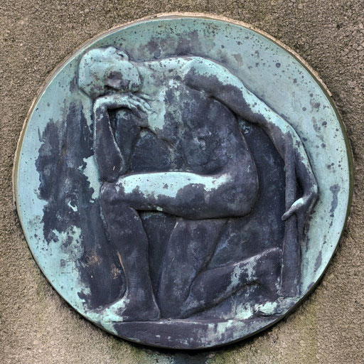 """Ostfriedhof Dortmund, """"Knieender Mann mit erloschener Fackel"""" von Benno Elkan Grabmal Schmidt"""