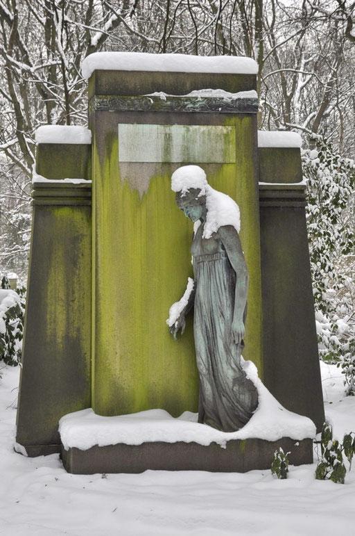 """Ostfriedhof Dortmund, """"Wandelnde"""" von Benno Elkan Grabmal Karl """"Karlchen"""" Richter"""