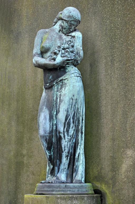 """Ostfriedhof Dortmund, """"Persephone"""" von Benno Elkan Grabmal Borbein  http://www.dortmund.de/de/leben_in_dortmund/planen_bauen_wohnen/denkmalbehoerde/nachrichten_denkmalbehoerde/news_detail_denkmalbehoerde.jsp?nid=65111"""