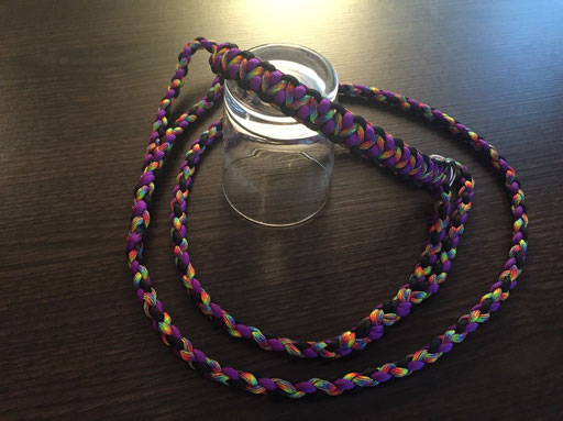 Agi-Leine in schwarz, lila und regenbogen-farben