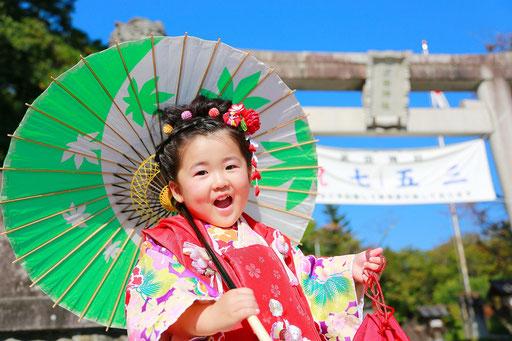 七五三三歳女の子番傘と一緒に撮影