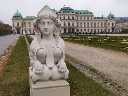 sphingen-statuen: löwenkörper mit menschlichen köpfen symbolisieren kraft & intelligenz