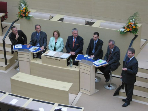Die Podiumsgäste bei der Eröffnung des Forums durch Herrn Beißer