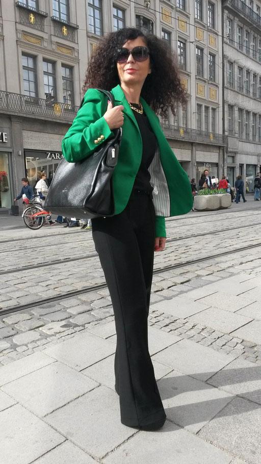 Im schwarzem Overall mit grünem Blazer