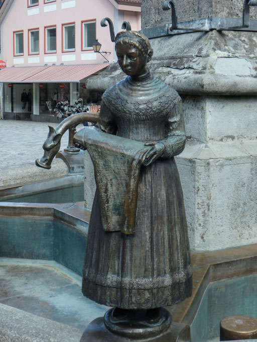Bild: Die Figur steht für den tradtitionellen Immenstädter Gewerbezweig: Die Weberin mit dem Leinwandballen für das Gewerbe.