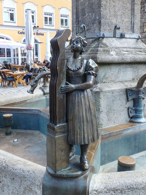 Die Figur steht für den tradtitionellen Immenstädter Gewerbezweig: Die Strumpfformerin für die Industrie