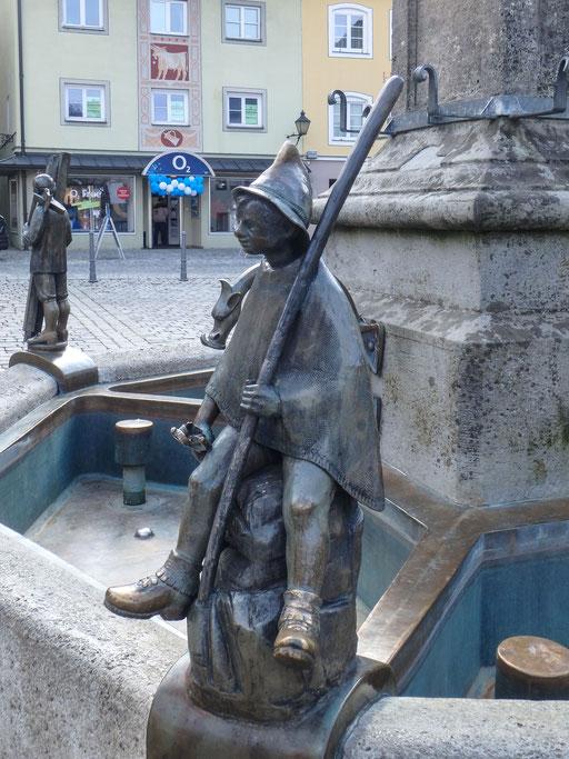 Bild: Die Brunnenfigur schuf 1988 der Künstler Bonifatius Stirnberg/Aachen im Auftrag der Stadt. Die Figur steht für den tradtitionellen Immenstädter Gewerbezweig: der Hütebub für die Alp- und Landwirtschaft