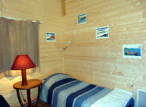 Room with 2 simples beds