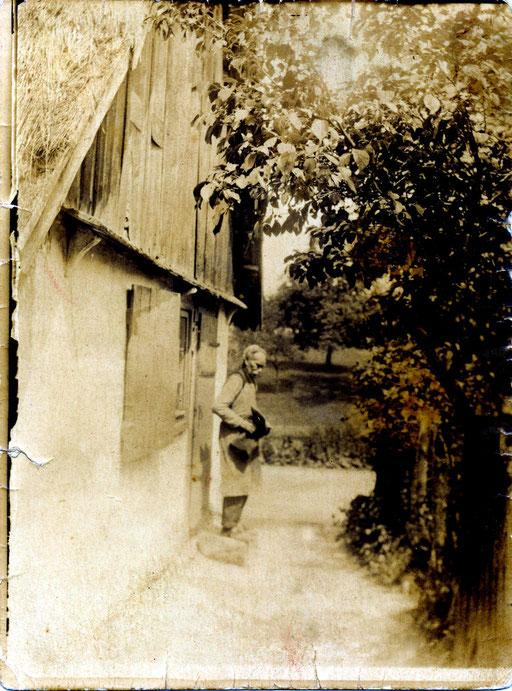 Schuster Carl Friedrich Wilhelm Katterwe vor seinem Haus in Groß Graben