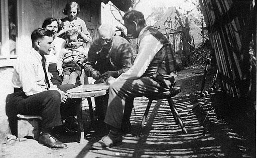 ca.1935,vorne links ist Erich Katterwe bei seiner Tante Pauline (Schwester von Eduard Gustav Katterwe) in Groß Graben. Das Kind ist Dietmar, Sohn von Erich, dahinter stehend, seine Mutter Gertrud ( Knie )