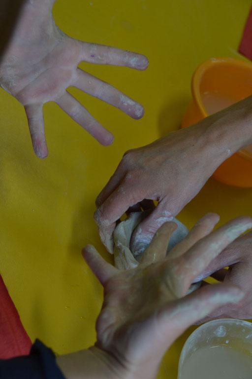 Dłonie w kontakcie z gliną rozluźniają się i odpowczywają - fot. Krystyna Kuźmin-Smalc