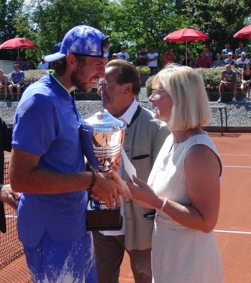 Turniersieger Chr. Negritu und TCA-Vorsitzende Petra Hallhuber