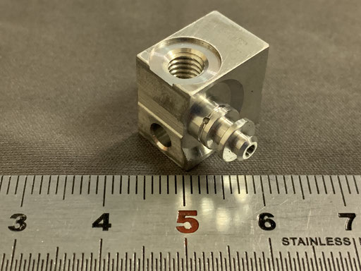 アルミ角材品 自動旋盤後NC旋盤で偏芯加工してあります。