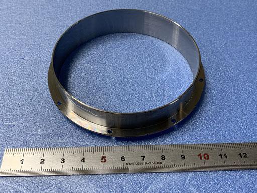 鉄パイプ 丸物です。 つば部にドリル孔があり同時加工しています。