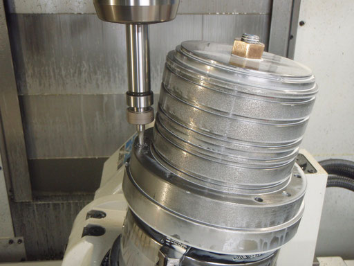 FC材 削りだしです。 マシニングセンタでの加工途中の画像です。ぎりぎりのところで加工します。