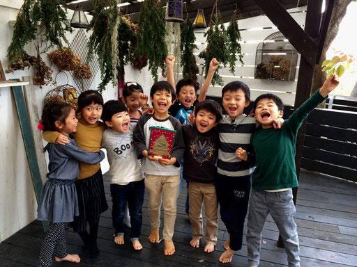二子玉川のクローバーは、最新・斬新・革命的にアーティスティックな保育園。多摩川のほとりでスクスク育つ子どもたちからも、毎年「愛のエール」が届きます。